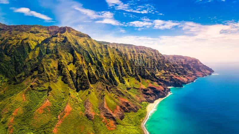 Opinião aérea da paisagem da costa espetacular do Na Pali, Kauai fotografia de stock royalty free