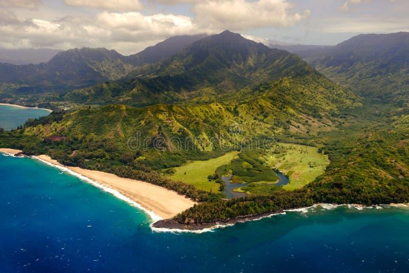 Opinião aérea da paisagem da linha costeira na costa do Na Pali, Kauai, Havaí fotografia de stock
