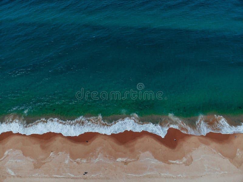 Opinião aérea da praia com a pessoa que anda na areia foto de stock