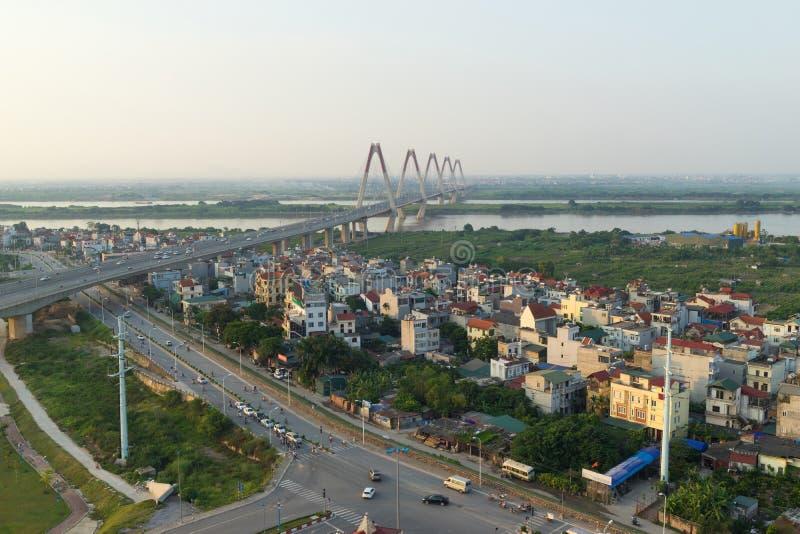 Opinião aérea da skyline das estradas transversaas uma rua de Duong Vuong - rua de Cong do qui do Vo - rua do Co do Au à ponte de fotografia de stock