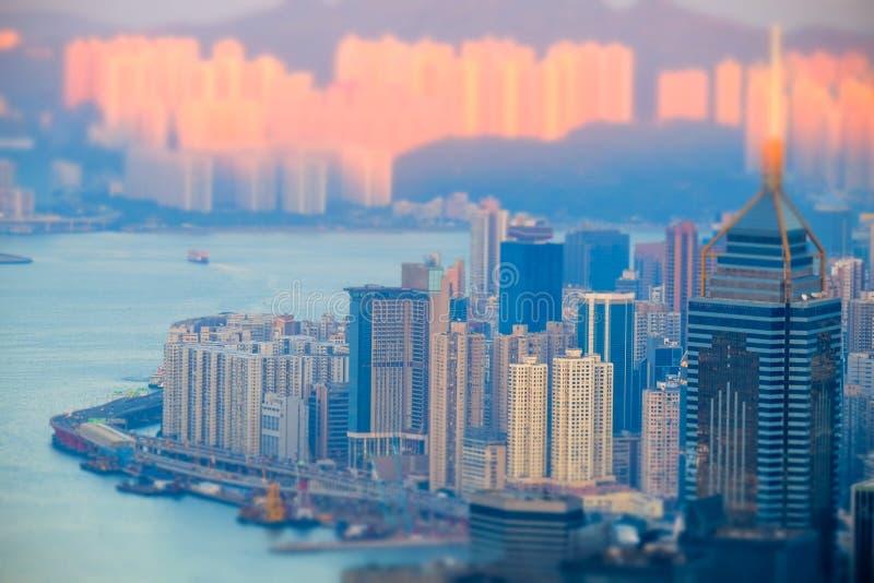 Opinião aérea da skyline de Hong Kong no por do sol Deslocamento da inclinação imagem de stock
