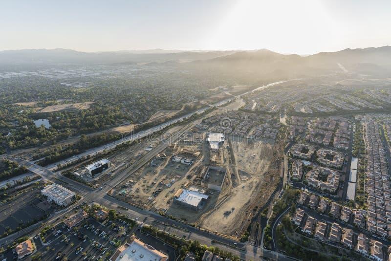 Opinião aérea da tarde da construção do shopping, da rua de Rinaldi e da autoestrada 118 na vizinhança de Porter Ranch do Los fotografia de stock royalty free