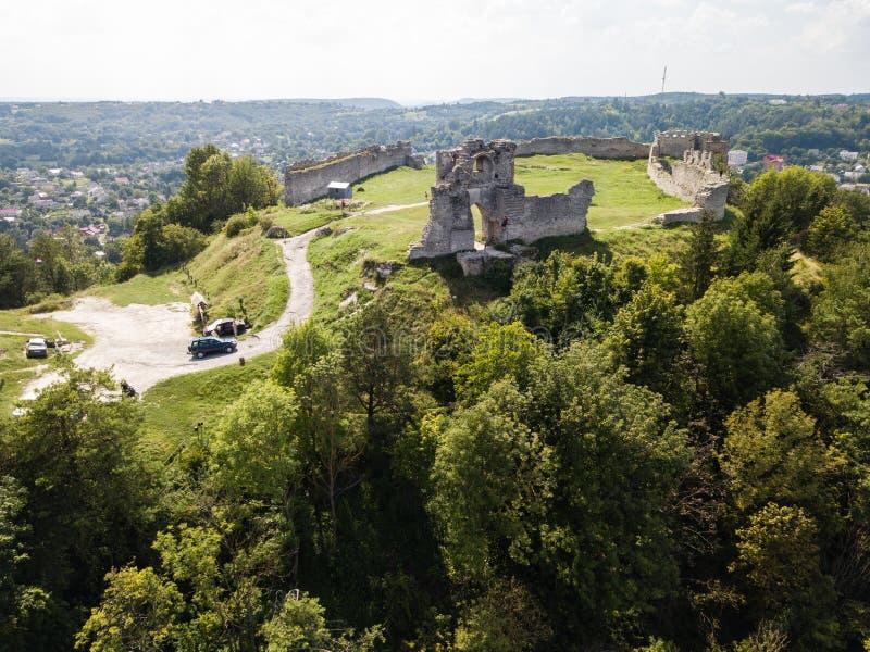 Opinião aérea das ruínas do castelo antigo em Kremenets, região do verão de Ternopil, Ucrânia fotografia de stock
