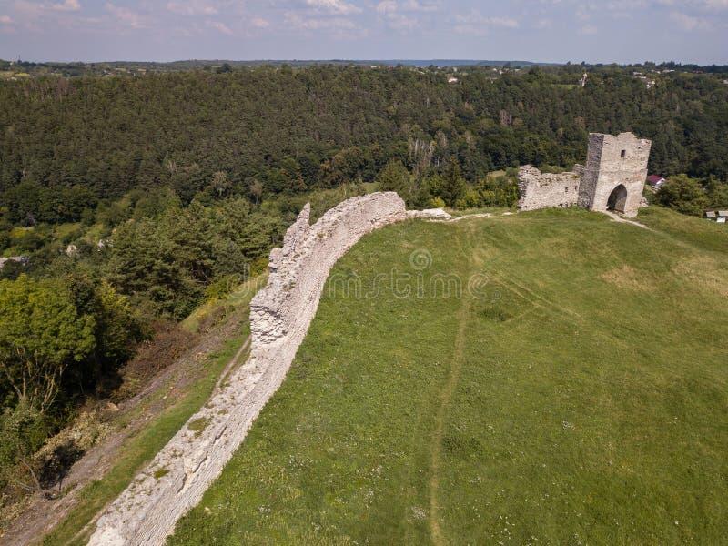 Opinião aérea das ruínas do castelo antigo em Kremenets, região do verão de Ternopil, Ucrânia fotos de stock