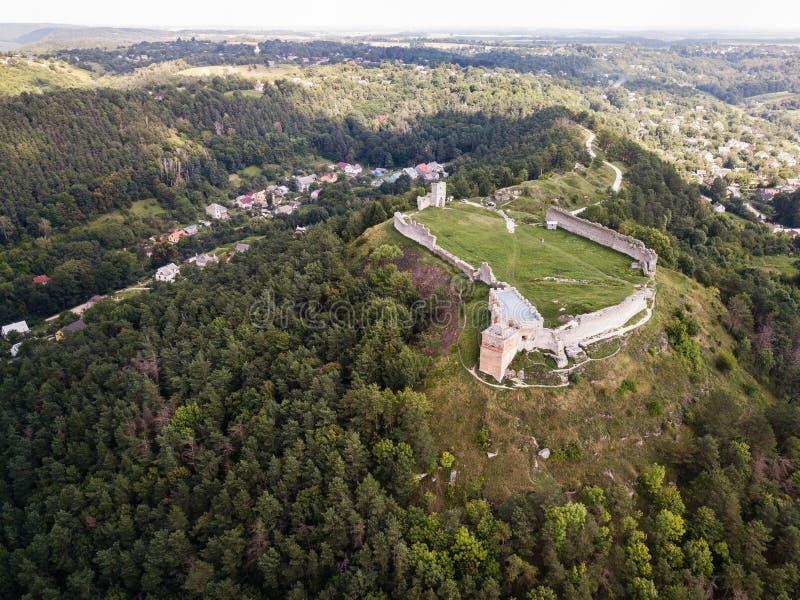 Opinião aérea das ruínas do castelo antigo em Kremenets, região do verão de Ternopil, Ucrânia foto de stock royalty free