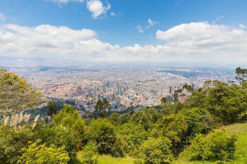 Opinião aérea de Bogotá da montanha de Monserrate em um dia ensolarado foto de stock