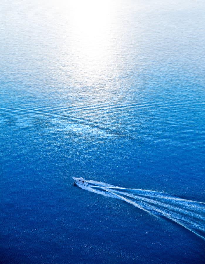 Opinião aérea de cruzamento do mar Mediterrâneo azul do barco fotos de stock royalty free