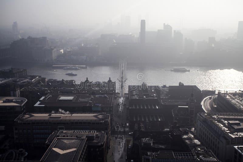 Opinião aérea de Londres em um dia nevoento da catedral do ` s de St Paul imagem de stock royalty free