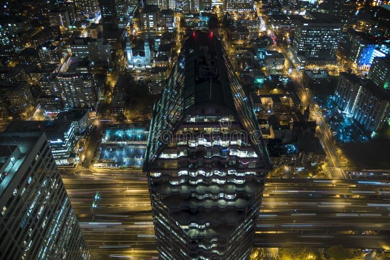 Opinião aérea de olho de pássaro de ruas do centro da cidade na noite com construção do distrito financeiro e autoestrada I-5 na  fotos de stock