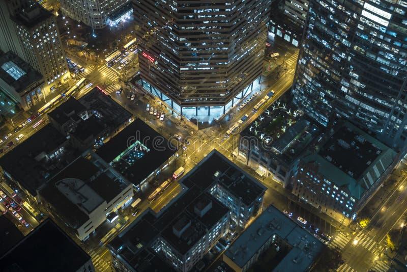 Opinião aérea de olho de pássaro de ruas do centro da cidade na noite no distrito financeiro foto de stock