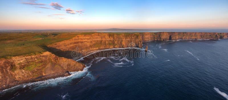 Opinião aérea de olho de pássaros dos penhascos mundialmente famosos do moher no condado clare ireland paisagem cênico irlandesa  fotografia de stock