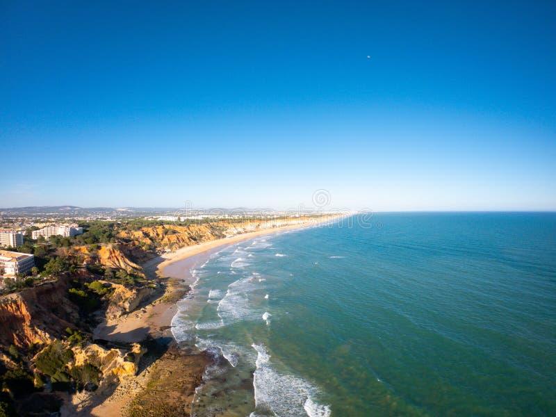 Opini?o a?rea do Algarve, Portugal na praia e na costa de Oceano Atl?ntico Zona dos hot?is em penhascos em Praia de Falesia Albuf imagem de stock