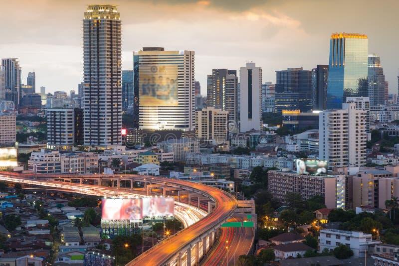 Opinião aérea do centro de construção de escritório para negócios da cidade com interseção da estrada foto de stock
