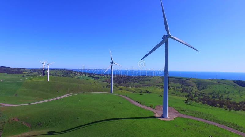 Opinião aérea do helicóptero da exploração agrícola de vento filme