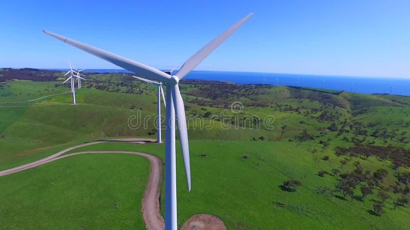 Opinião aérea do helicóptero da exploração agrícola de vento vídeos de arquivo