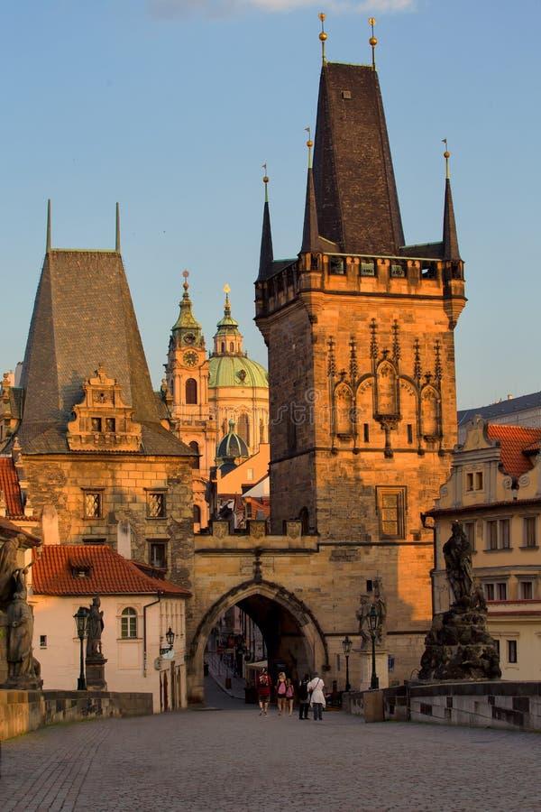 Opinião aérea do nascer do sol cênico Charles Bridge em Praga, checa com referência a imagem de stock