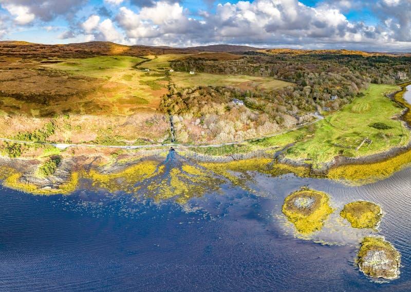 Opinião aérea do outono da boca de rio perto do castelo de Dunvegan, ilha de Skye fotos de stock