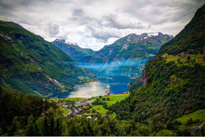 Opinião aérea do panorama ao fiorde de Geiranger e ao Trollstigen, Noruega fotografia de stock