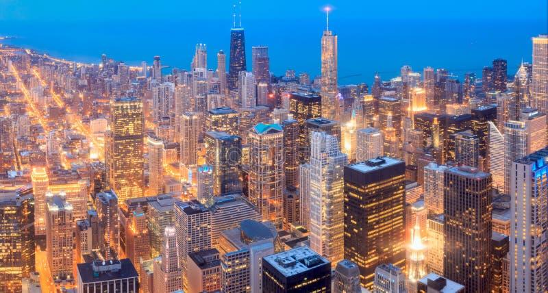 Opinião aérea do panorama da skyline de Chicago com os arranha-céus sobre o lago foto de stock