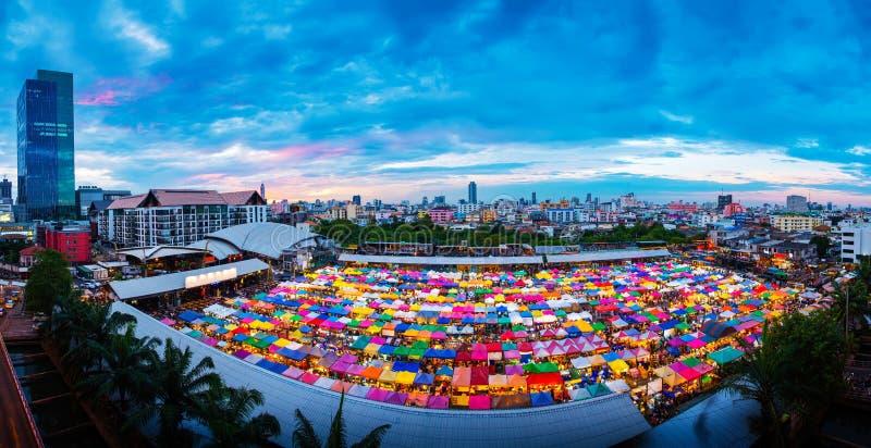 Opinião aérea do panorama de barracas Multi-coloridas no mercado da haste-Fai (s foto de stock