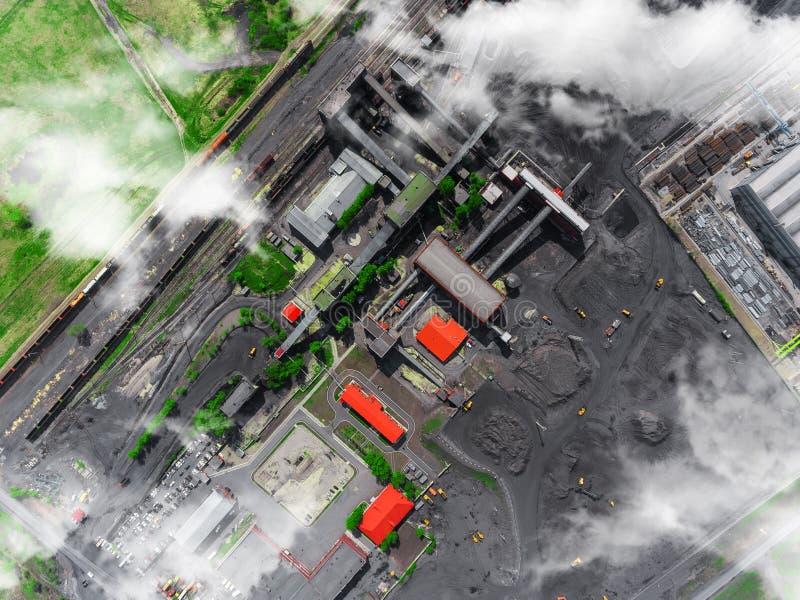 A opinião aérea do panorama disparou da fábrica de tratamento de carvão, produção industrial fotografia de stock