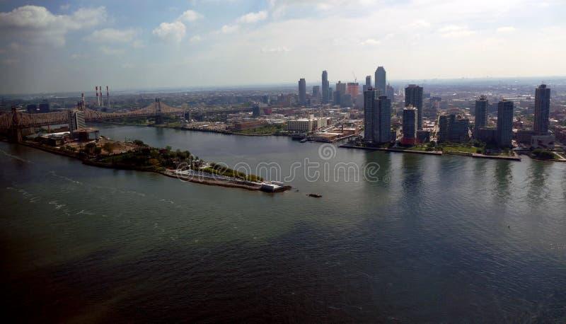 Opinião aérea do panorama do Midtown de New York City Manhattan com arranha-céus e o céu azul no dia imagem de stock royalty free