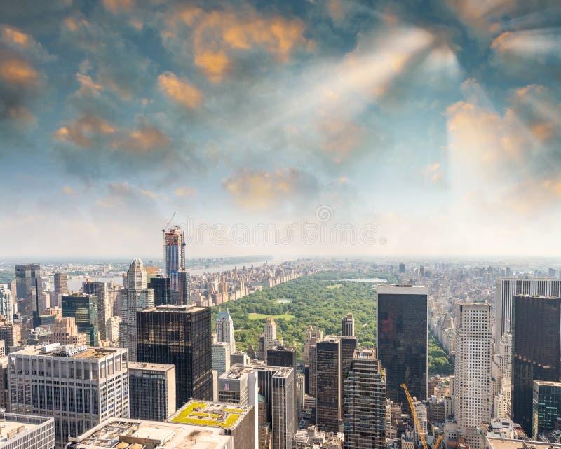 Opinião aérea do panorama do Midtown de New York City Manhattan com skyscr fotografia de stock