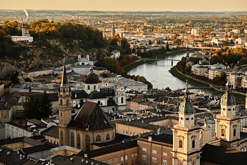 Opinião aérea do por do sol bonito em Salzburg, Áustria, Europa Cidade nos cumes do nascimento de Mozart Vista panorâmica da skyl fotos de stock royalty free