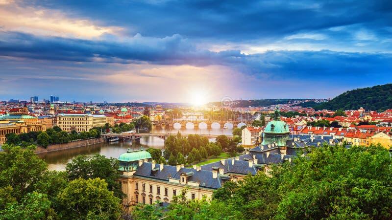Opinião aérea do por do sol cênico da mola a arquitetura e Charles Bridge idosos do cais da cidade sobre o rio de Vltava em Praga imagem de stock royalty free