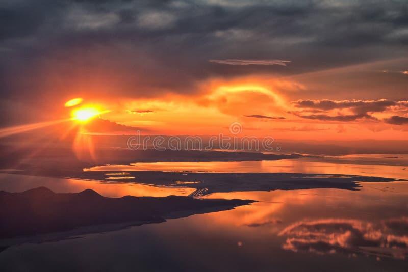 Opinião aérea do por do sol de Great Salt Lake do avião em Wasatch Rocky Mountain Range, cloudscape varrendo e paisagem Utá imagem de stock