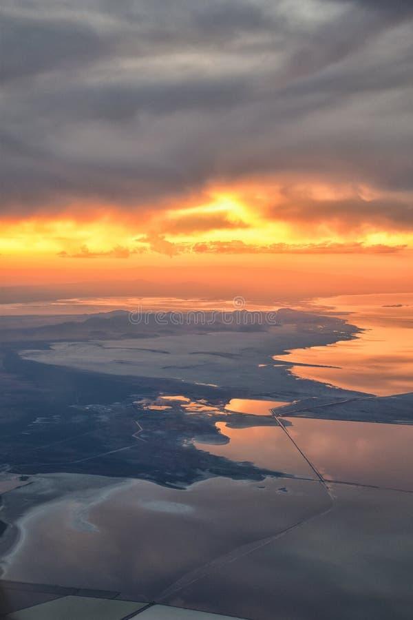 Opinião aérea do por do sol de Great Salt Lake do avião em Wasatch Rocky Mountain Range, cloudscape varrendo e paisagem Utá fotografia de stock