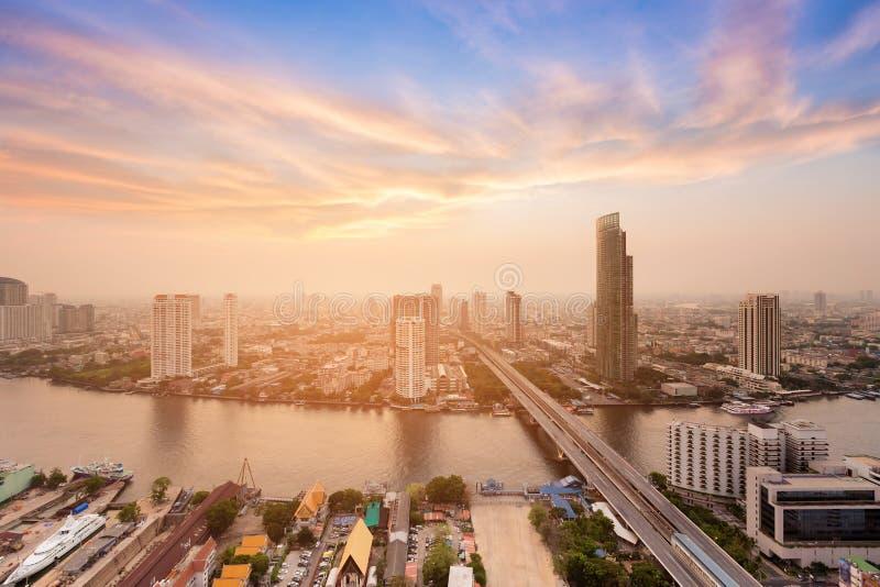 Opinião aérea do rio da cidade de Banguecoque com o dramático após o fundo do céu do por do sol imagens de stock