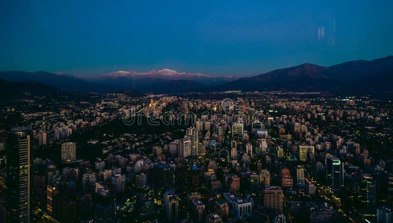 Opinião aérea do Santiago do centro de Costanera no por do sol, Santia fotografia de stock royalty free