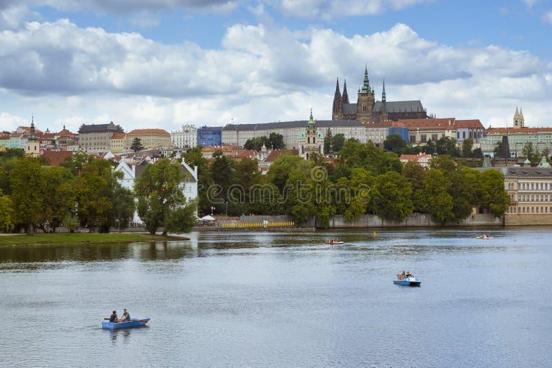 Opinião aérea do verão cênico do castelo de Praga (hrad de Prazsky) e da cidade velha fotos de stock