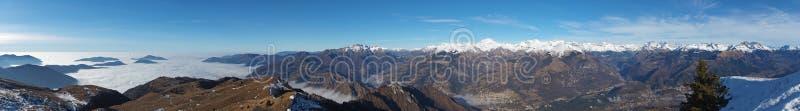 Opinião aérea do zangão à planície do Po, ao vale de Seriana e aos cumes de Orobie A névoa cobre todas as vilas e planície de Pad imagens de stock