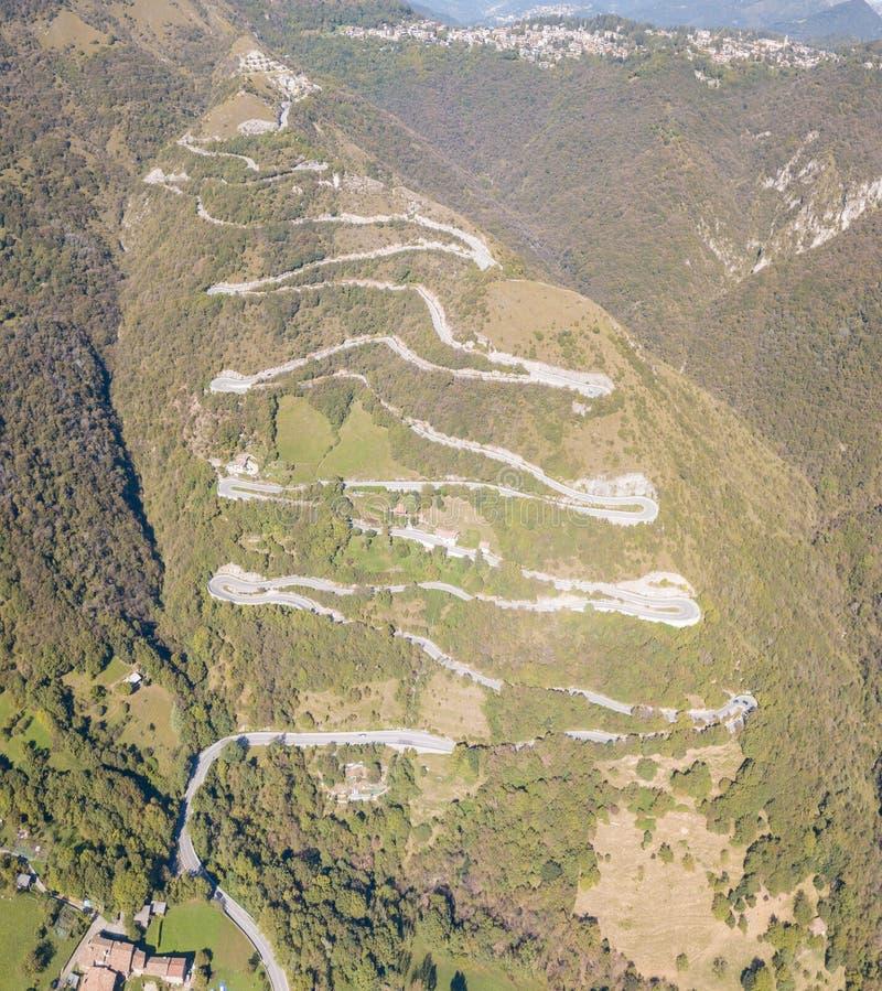 Opinião aérea do zangão da estrada da montanha em Itália da vila de Nembro a Selvino foto de stock royalty free