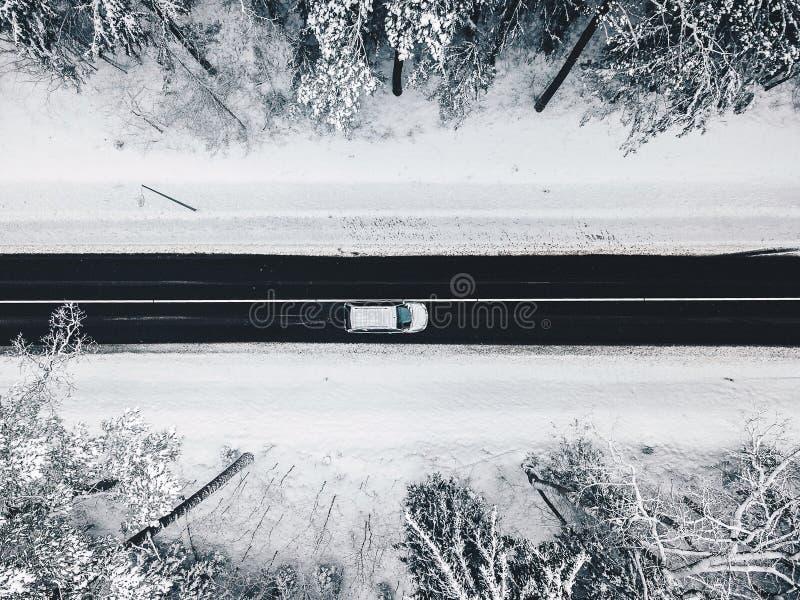 Opinião aérea do zangão da estrada na floresta nevado imagem de stock