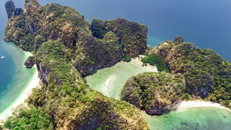 Opinião aérea do zangão da ilha tropical de Koh Hong na água do mar clara azul de Andaman de cima de, ilhas bonitas do arquipélag imagens de stock