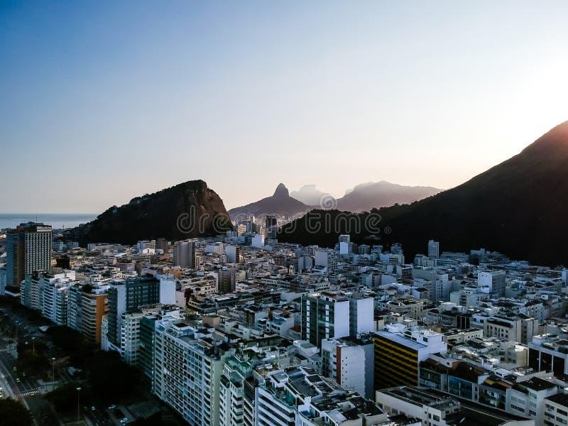 opinião aérea do zangão de Copacabana durante o fim da tarde, com os dois montes dos irmãos e pedras de Gavea no fundo Rio de jan fotografia de stock royalty free