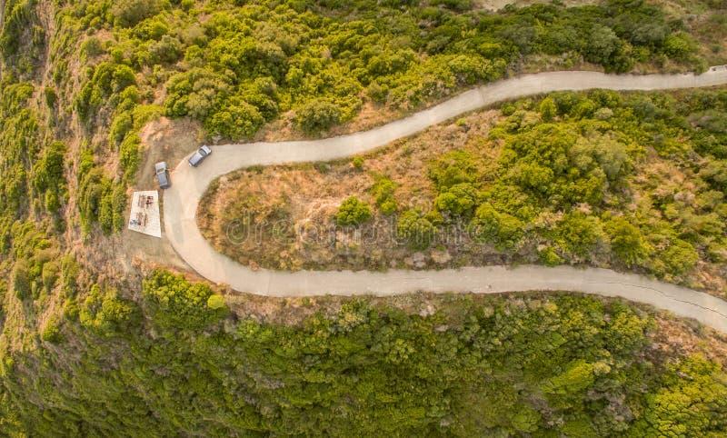 Opinião aérea do zangão de uma estrada twisty no campo em Corfu Grécia fotografia de stock royalty free