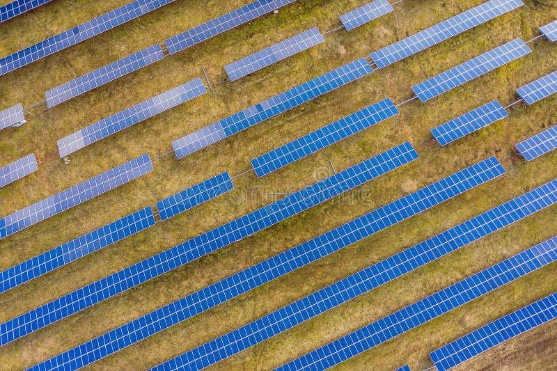 Opinião aérea do zangão dos painéis solares fotografia de stock