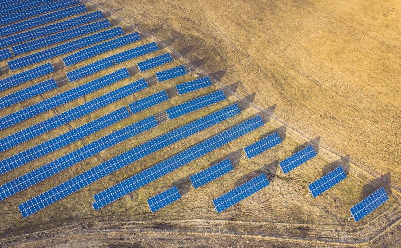 Opinião aérea do zangão dos painéis solares fotos de stock royalty free