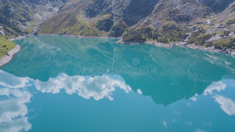 Opinião aérea do zangão do lago Barbellino um lago artificial alpino e a montanha em torno dela Cumes italianos Italy fotos de stock