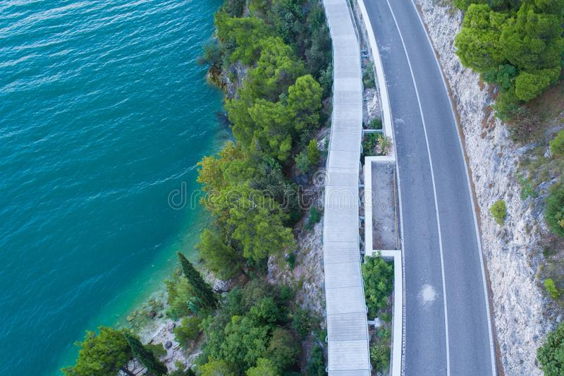 Opinião aérea do zangão no trajeto da estrada e da bicicleta fotos de stock royalty free