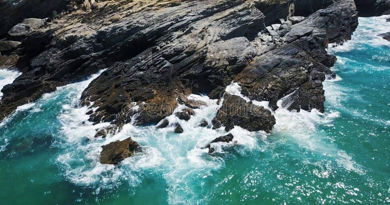 Opinião aérea do zangão do oceano dramático que esmaga em Rocky Landscape fotografia de stock