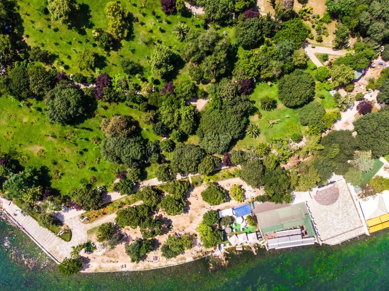 Opinião aérea do zangão do parque de Fenerbahce no beira-mar de Kadikoy/Istambul foto de stock royalty free