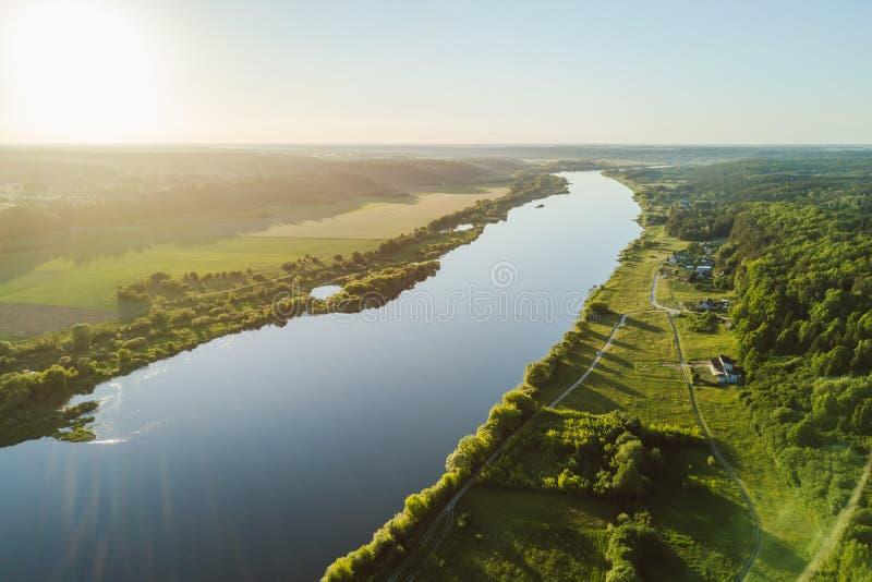 Opinião aérea do zangão do rio de Nemunas, um riv da Europa Oriental principal foto de stock royalty free