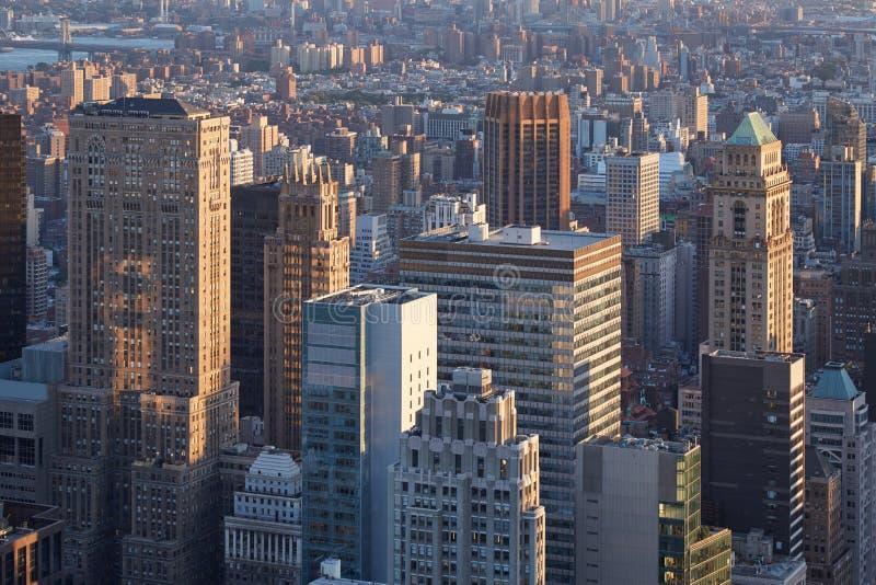 Opinião aérea dos arranha-céus de New York City Manhattan no por do sol fotografia de stock royalty free