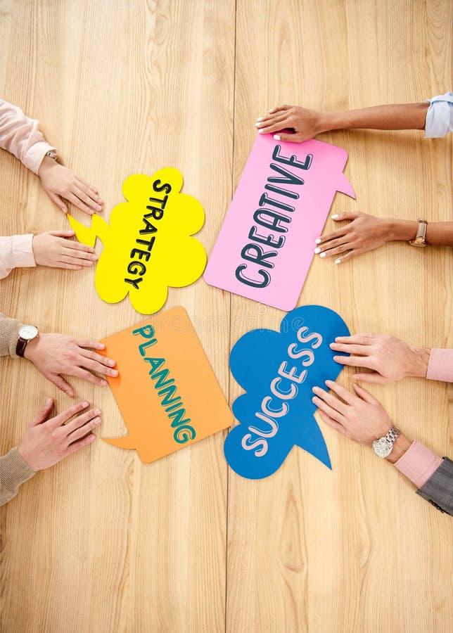 a opinião aérea executivos multirraciais na tabela de madeira com bate-papo colorido borbulha com estratégia, planeamento, criati imagens de stock