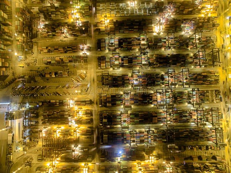 Opinião aérea Hong Kong Night Scene, Kwai Chung na cor dourada foto de stock royalty free